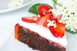 Schokoladentorte mit Erdbeeren und Holunder