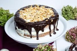 Karotten-Mandel Torte mit Kokosfrosting und Schokoglasur