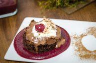 Brownie mit Schoko-Mousse auf weihnachtlichem Kirschspiegel