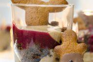 Brownie-Lebkuchen Dessert mit Zwetschkensauce